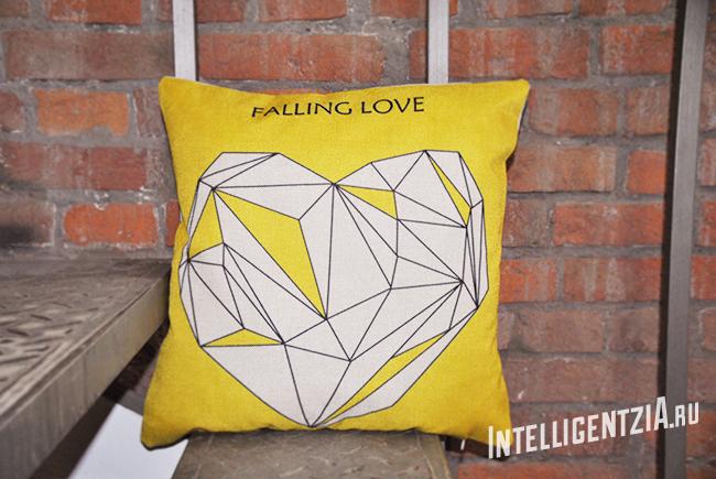 декоративная желтая подушка