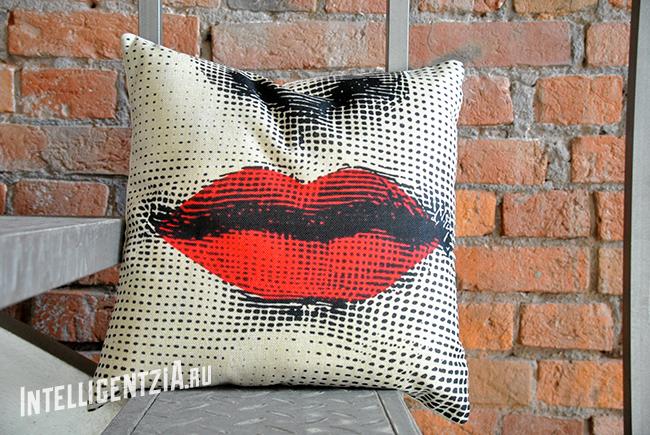 подушка с губами