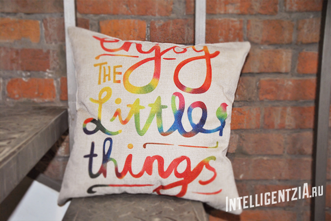яркая декоративная подушка